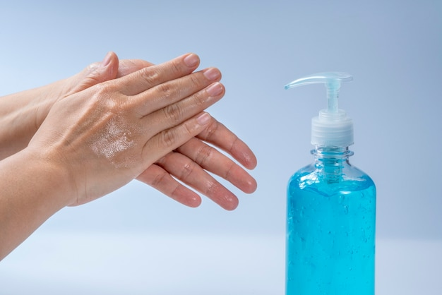 Мытье рук с использованием спиртового геля, мытье рук спиртовым гелем предотвращает распространение микробов и бактерий и предотвращает заражение вирусом короны.