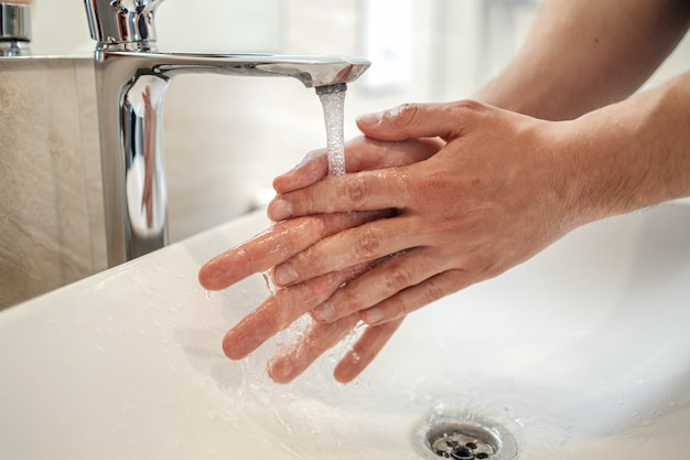 코로나 바이러스 예방, 코로나 바이러스 확산 방지 위생을 위해 비누 맨으로 손을 문지르십시오.