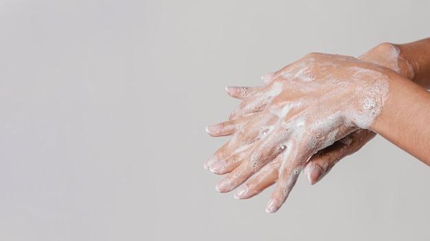 石鹸でこすりながら手を洗う