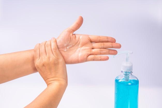 Мытье рук спиртовым гелем предотвращает распространение микробов и бактерий и предотвращает заражение вирусом короны covid-19.