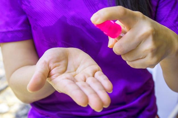 アルコールジェルで手を洗う。細菌や細菌の蔓延を防ぎ、コロナウイルスの感染を防ぐ