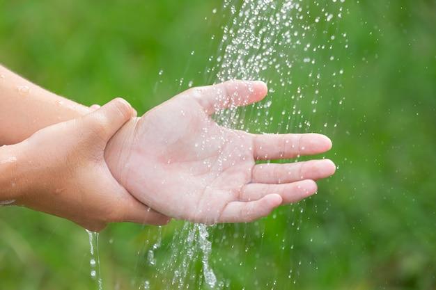 病気を防ぐために石鹸で手を洗う