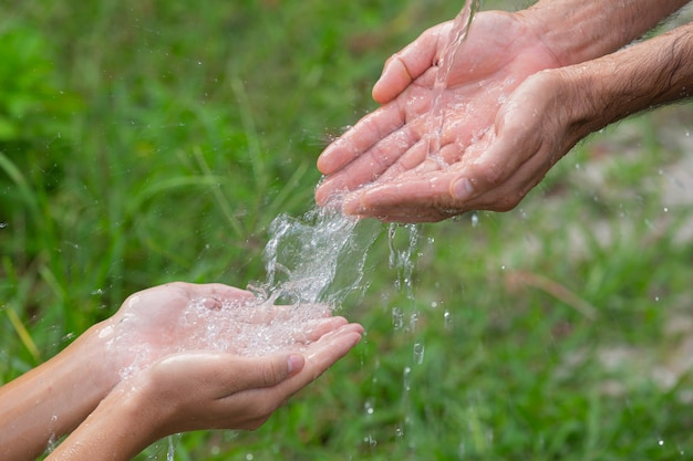 Мытье рук с мылом для предотвращения болезней