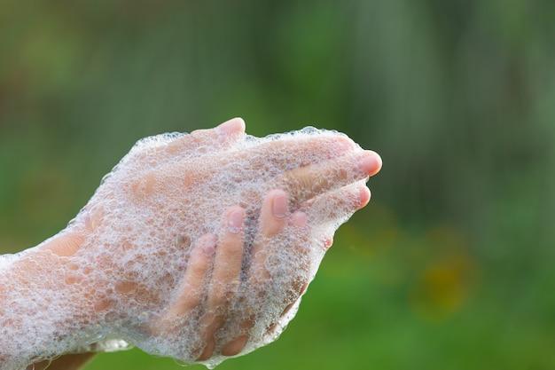 Lavarsi le mani con sapone per prevenire le malattie