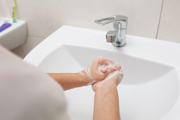 Мытье рук с мылом.