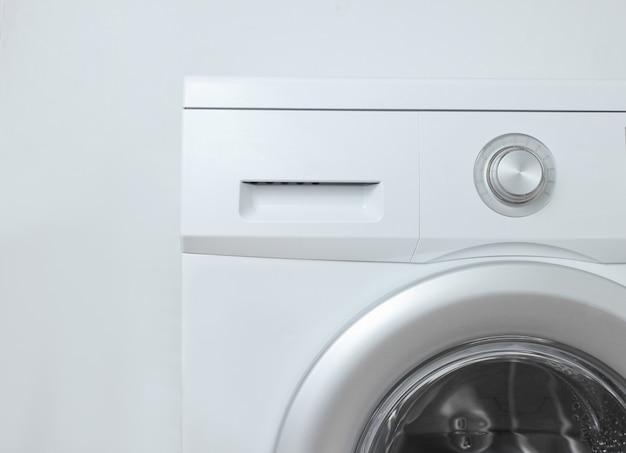 白い表面に洗濯機
