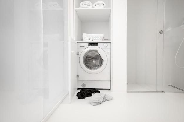 バスルームに衣類を備えた洗濯機