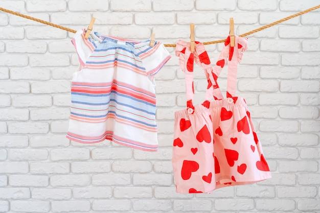 밧줄에 고정된 아기 옷을 말리기 위해 세탁