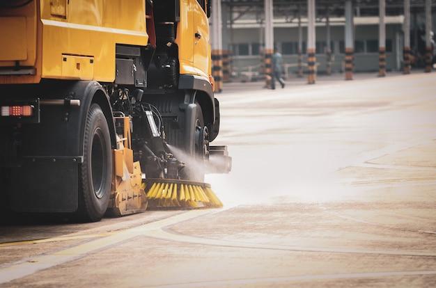 収穫機の洗浄はセメントの床で行われています。