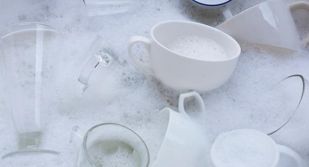 使用済みのコップやコップを洗う