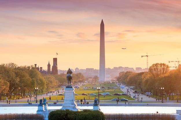Вид на город вашингтон на оранжевом закате, включая памятник вашингтону из здания капитолия