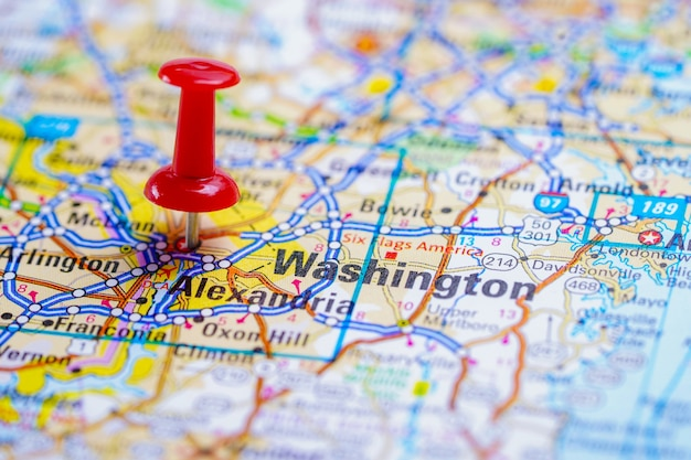 ワシントン州オレゴン州の赤いプッシュピンとロードマップ、アメリカ合衆国の都市。