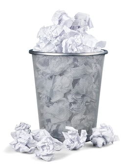 Корзина для мусора, полная мятой бумаги