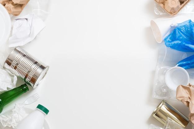 Управление отходами и сортировка. пластик, бумага, стекло, металлический мусор на белом фоне