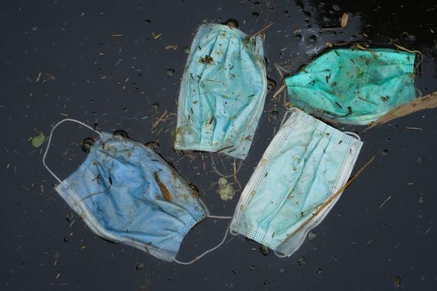 Маска для отходов выбрасывается в воду, загрязняющую воду