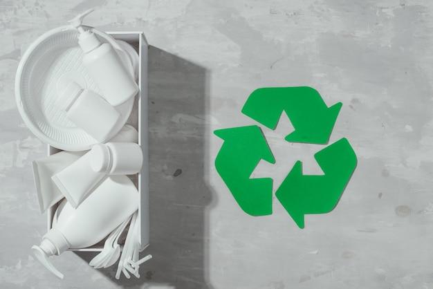 돌 테이블 배경 평면도에 쓰레기 처리와 폐기물 재활용 에코 기호