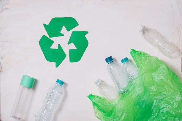 Эко-символ переработки отходов с вывозом мусора на фоне каменного стола