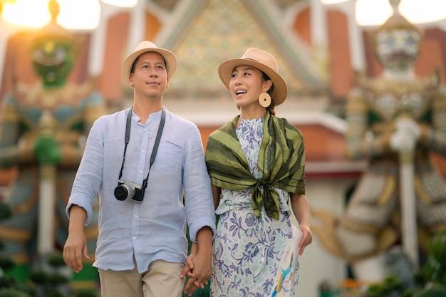 왓 아룬 라차 와라 람 사원. 성전에서 걷는 커플 여행자