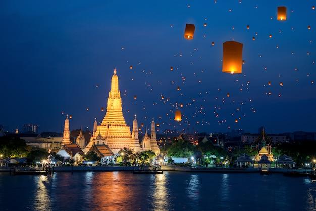 Храм ват арун в бангкоке в окружении ламп горячего воздуха
