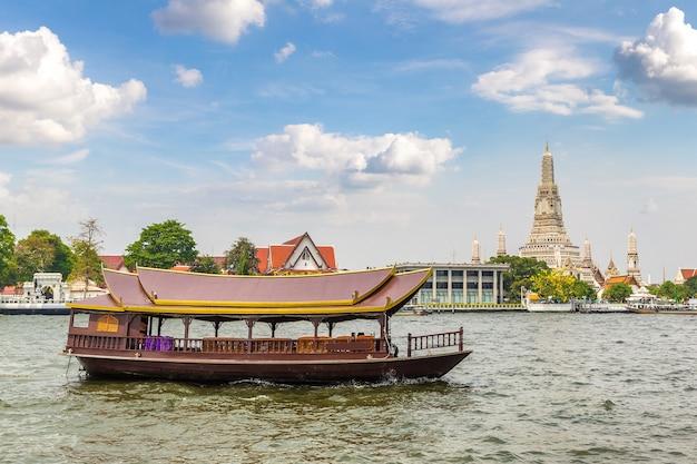 Храм ват арун в бангкоке, таиланд в летний день