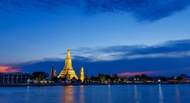 夕暮れのバンコクタイの夜明けのワットアルン寺院