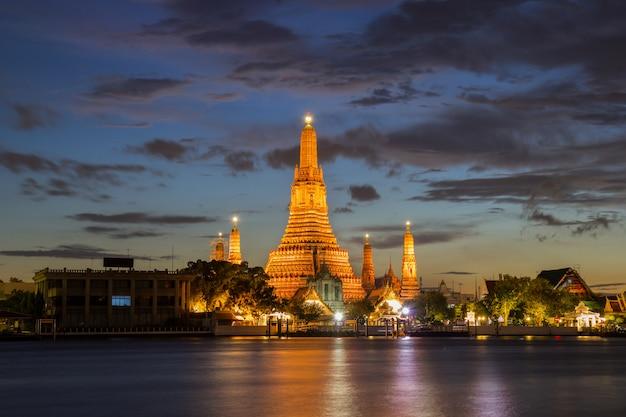 Wat arun буддийские религиозные места в сумерках, бангкок, таиланд