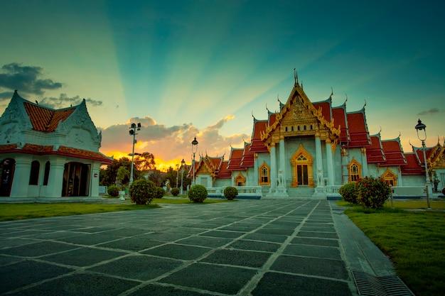 ワットベンチャマボピット寺院は、バンコクで最も人気のある旅行先の1つです。