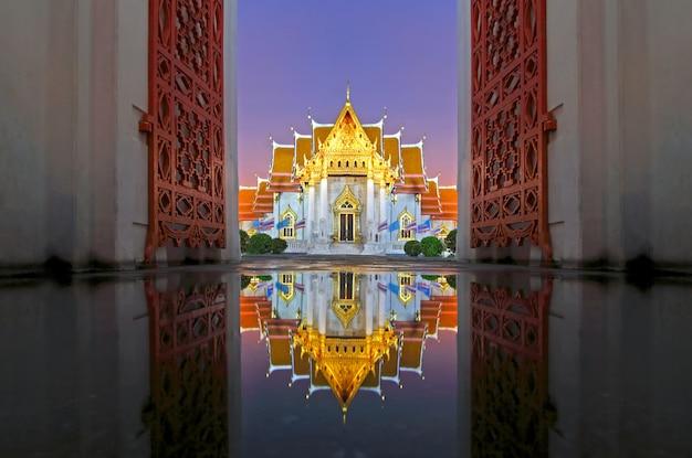 Wat benchamabophit отражения мраморного храма на закате