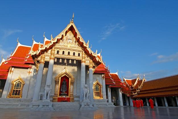 Wat benchamabophit мраморный храм и голубое небо
