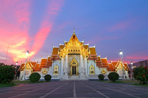 Wat benchamabophit мраморный храм на закате