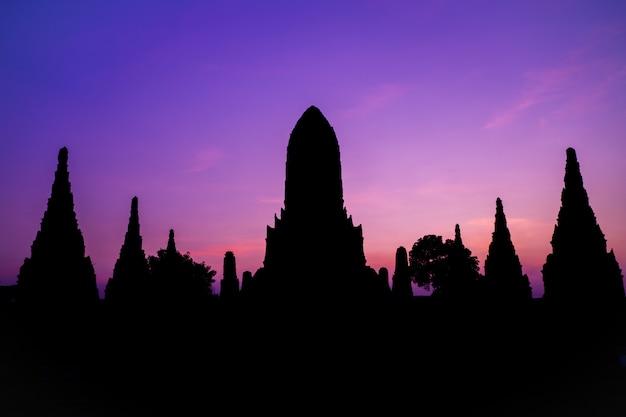 Силуэт формы wat chaiwatthanaram древний храм в ayudhya таиланд туристической достопримечательностью