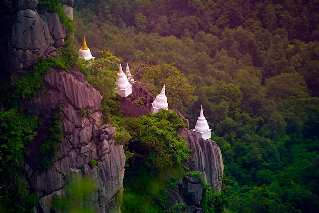 Wat chaloem phra kiat phrachomklao rachanusorn、wat praputthabaht sudthawat pu pha daengは、ランパーンの目に見えないタイの丘の上の公共の寺院です。