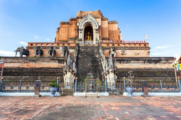 Ват чеди луанг (wat chedi luang) - красивый старый храм в чиангмае, провинция чиаг май, таиланд.