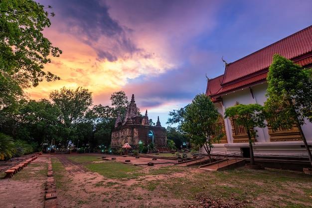 Wat chet yot, seven pagoda temple 그것은 치앙마이, 태국의 주요 관광 명소입니다. 저녁, 치앙마이의 사원.