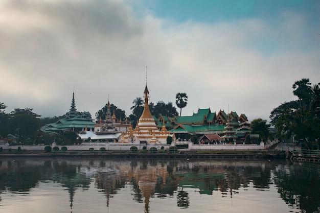 タイ北部のメーホンソーンにあるワットチョンカム寺院