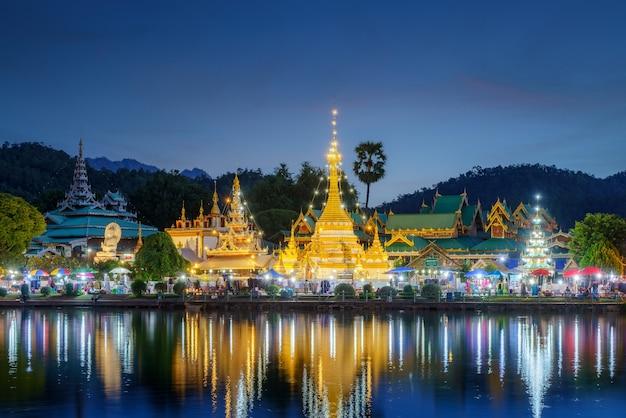 Храм ват джонгкланг и храм ват джонгкхам - самое популярное место для туристов с закатным небом в мае хонг сон возле чиангмая, таиланд