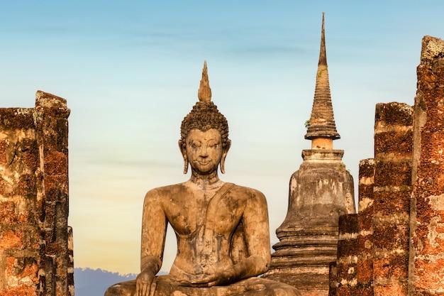 800年前のタイの旧市街、スコータイ歴史公園にあるワット・マハタート寺院、タイ、スコータイ県