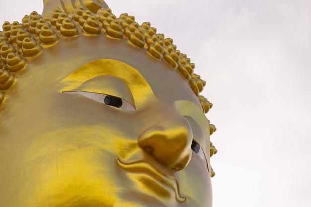 大きな金色の仏、タイのワット・ムアン・アンソン(wat muang angthong)人気の仏教寺院。