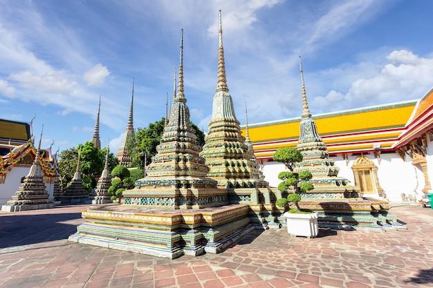 晴れた日のワットポー寺院またはワットプラチェトゥフォン、バンコク、タイ