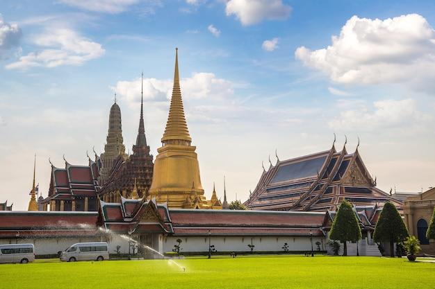 Ват пхра кео храм изумрудного будды в бангкоке, таиланд