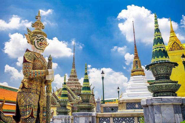 Ват пхра кео, храм изумрудного будды с голубым небом бангкок, таиланд. королевский великий королевский дворец - красивая достопримечательность азии, архитектура, золотые украшения. пейзаж столицы