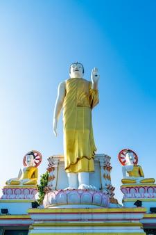 Ват пхра тхат дой кхам (храм золотой горы) в чиангмае, таиланд