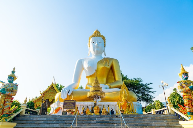 タイ、チェンマイのワットプラタートドイカム(黄金の山の寺院)