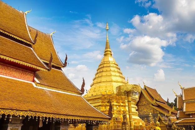 Золотая пагода wat phra that doi suthep в чиангмае, таиланд