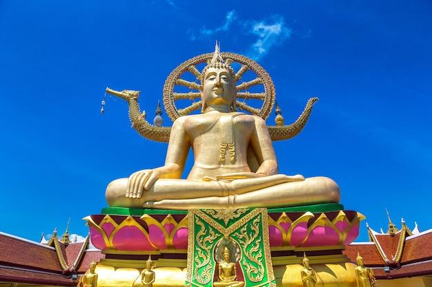 Храм ват пхра яй ко фань. большой будда на острове самуи в таиланде