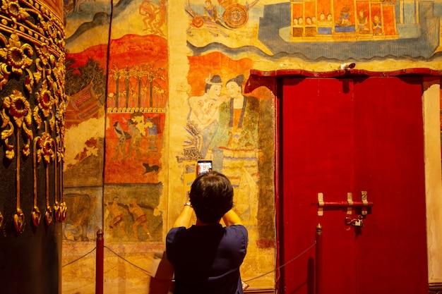 Wat phumin nan 속삭이는 남자의 유명한 벽화