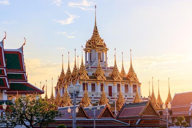 バンコクの美しい空とwat ratchanatdaram寺院