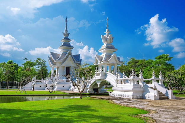 Tempio di wat rong khun (tempio bianco) a chiang rai, thailandia.