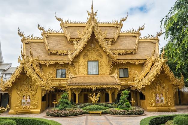 Wat rong khunタイのチェンライにある抽象的な黄金寺院と魚のいる池。