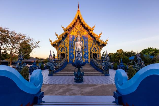 ワットロンスアテン寺院、タイ、チェンライ県、それは人気のある目的地であり、チェンライのランドマークです